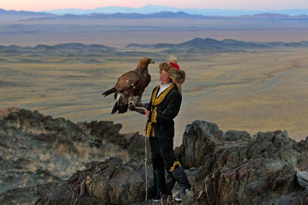 монгольская казашка Айшолпан с беркутом фото.jpg